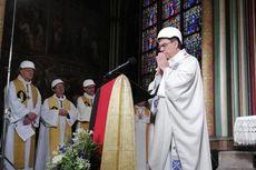 Gelar Misa Perdana di Gereja Notre Dame, Uskup Agung Paris Pakai Helm Putih