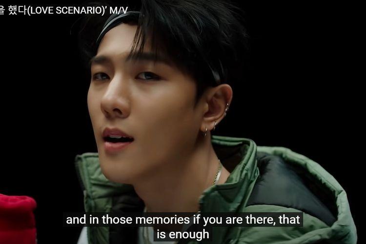 Tangkapan layar Kim Dong Hyuk (DK) iKON dalam musik video Love Scenario