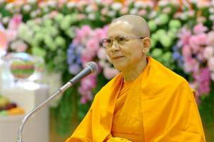 Biksu Phra Dhammachayo, Thailand.