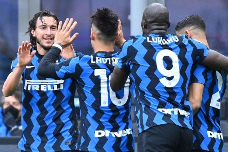 Matteo Darmian (kiri) saat merayakan gol pada laga pekan ke-30 Liga Italia yang mempertemukan Inter Milan vs Cagliari di Stadion Giuseppe Meazza pada Minggu (11/4/2021).