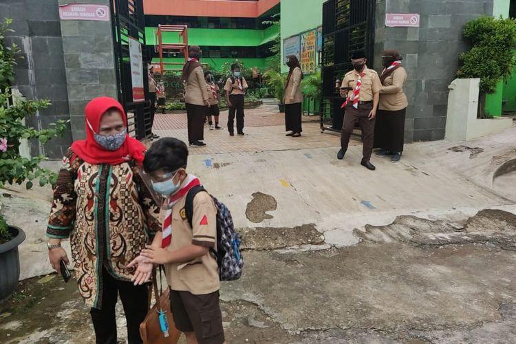 Orangtua menjemput anaknya pulang dari sekolah tatap muka di SDN Kenari 08, Jakarta Pusat, Rabu (7/4/2021).