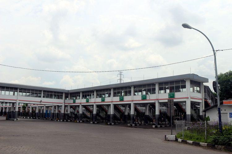 Terminal Purabaya atau Terminal Bungurasih dan Terminal Oso Wilangun (TOW) menghentikan operasional bus Antar Kota Dalam Provinsi (AKDP) dan Antar Kota Antar Provinsi (AKAP) setelah Pemkot Surabaya resmi menerapkan Pembatasan Sosial Berskala Besar (PSBB) mulai hari ini, Selasa (28/4/2020).