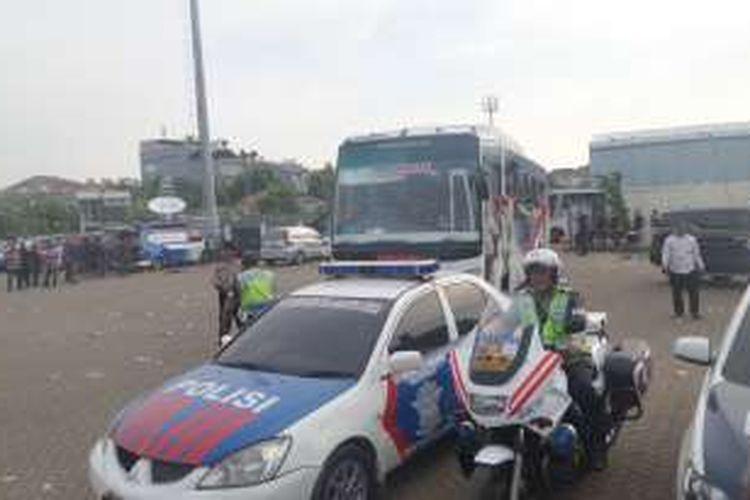 Rabu (3/8/2016), ratusan Bonek mulai meninggalkan Jakarta mengunakan bus yang disediakan pihak kepolisian. Pengawalan dilakukan hingga menuju Cikampek, Jawa Barat