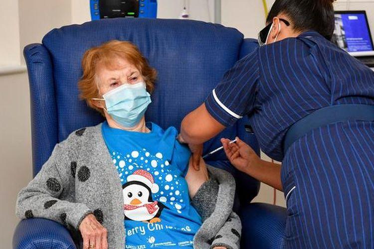 Margaret Keenan, pasien pertama di dunia yang menerima vaksin Covid-19 terlisensi.
