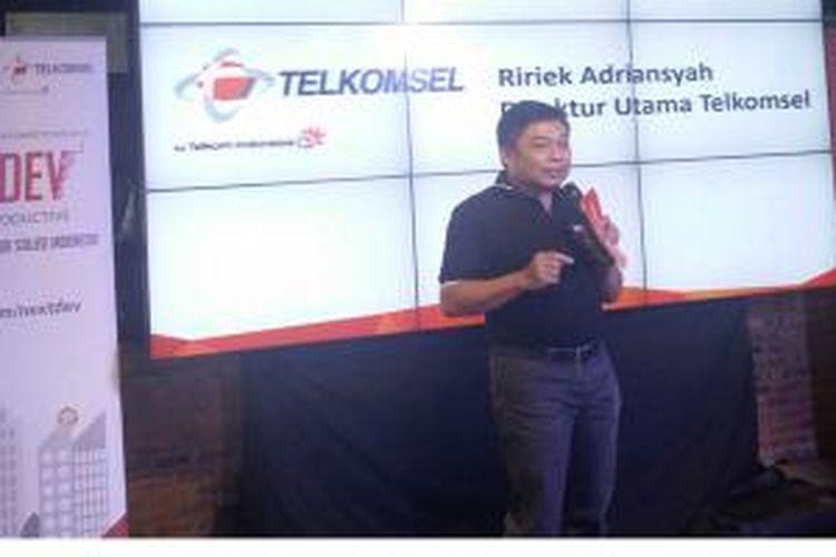 Direktur Utama Telkomsel, Ririek Asriansyah saat jumpa media di Jakarta, Senin (3/5/2015).