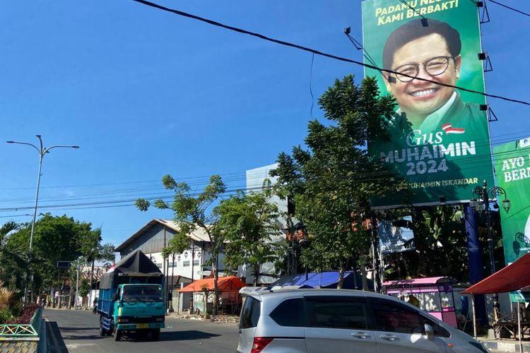 Salah satu baliho politisi nasional yang belum ditertibkan oleh Satpol PP Pamekasan di Jl Raya Sumenep. Satpol PP dianggap tebang pilih dalam penertiban baliho.