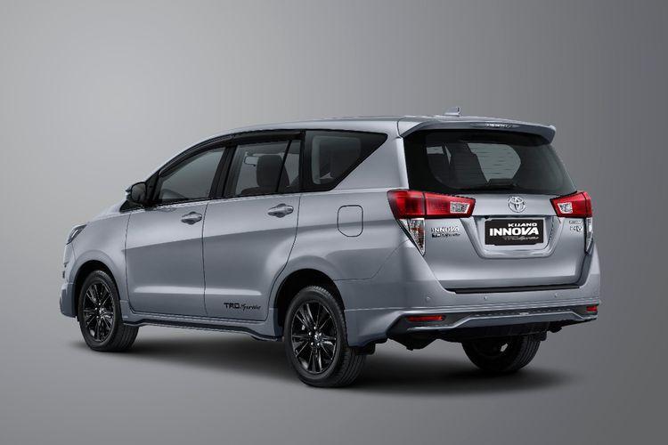 Tampilang dari belakang Toyota Kijang Innova TRD Sportivo