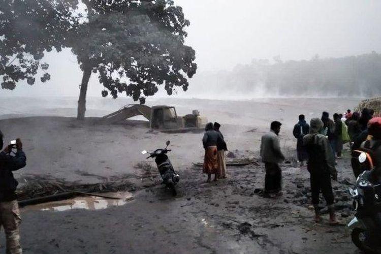 Lahar panas Gunung Semeru menerjang aliran Sungai Besuk Kobokan, Selasa (1/12/2020).