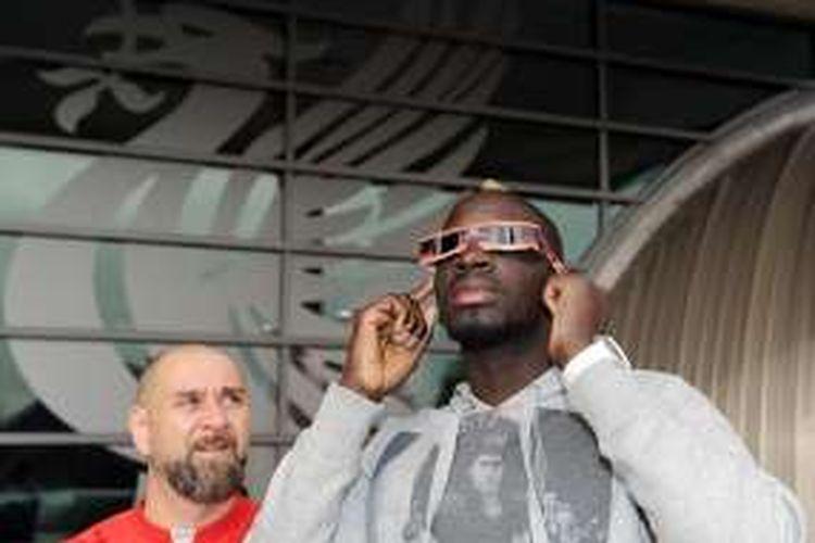 Mamadou Sakho menyaksikan gerhana matahari sebelum sesi latihan Liverpool di Melwood, 20 Maret 2015.