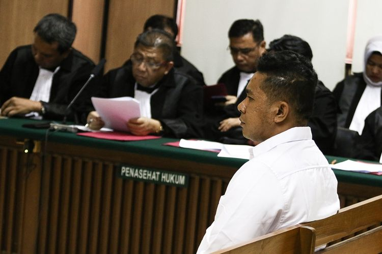 Terdakwa kasus penyiraman air keras kepada penyidik KPK Novel Baswedan, Rahmat Kadir Mahulette menjalani sidang dakwaan di Pengadilan Negeri Jakarta Utara, Jakarta, Kamis (19/3/2020). Kedua terdakwa Ronny Bugis dan Rahmat Kadir Mahulette didakwa melakukan penganiayaan berat terencana dengan hukuman maksimal 12 tahun penjara. ANTARA FOTO/Rivan Awal Lingga/wsj