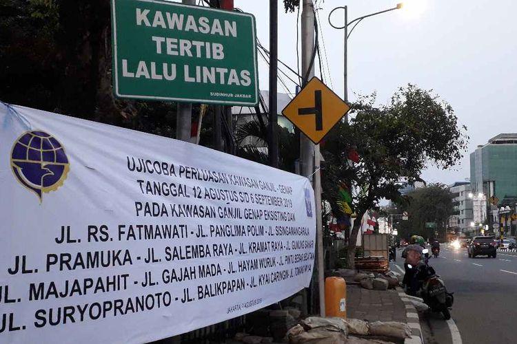 Spanduk Imbauan ganjil genap di ujung jalan Tomang Raya dari arah Mall Taman Anggrek pada Kamis (8/8/2019)