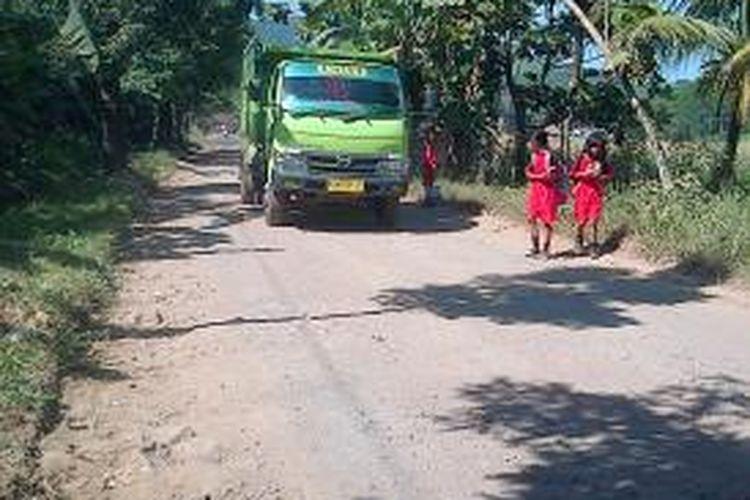 Sebuah truk yang mengankut matrial galian C melintas dijalan poros desa Leyangan, Ungaran Timur, Kabupaten Semarang, Sabtu (16/8/2014) siang.
