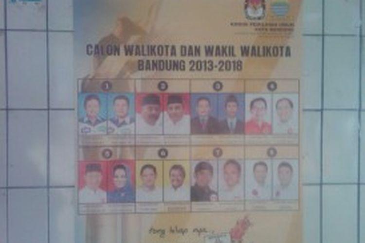 Poster delapan kandidat Pilwalkot Bandung periode 2013 - 2018 di tempel di TPS 05, Kelurahan Braga, Kecamatan Sumur Bandung, Bandung, Minggu, (23/6/2013)