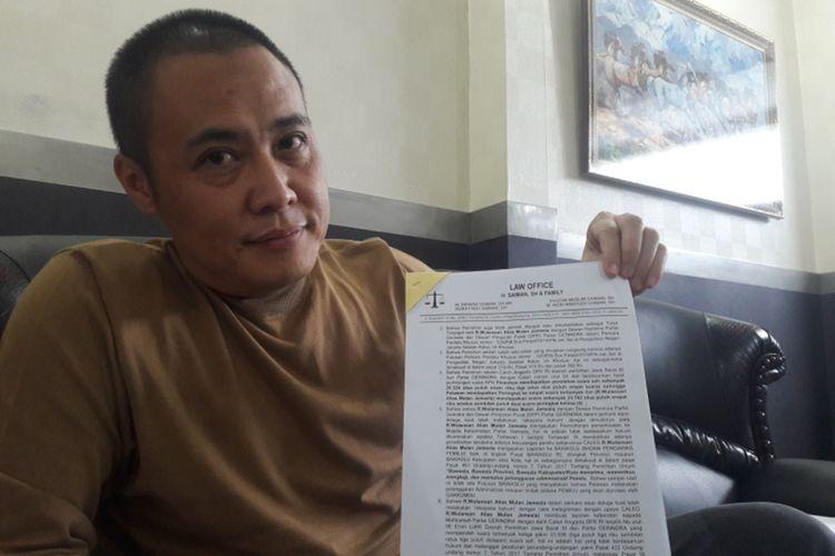 Fahrul Rozi, caleg Gerindra yang dipecat Gerindra menunjukkan surat gugatannya ke PN Jaksel