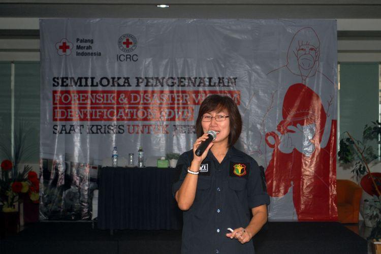 Kepala Bidang DVI Pusdokkes Mabes Polri, Kombes Drg. Lisda Cancer saat memberikan materi pada semiloka Pengenalan Forensik dan DVI untuk Jurnalis di Sukabumi, Jawa Barat, Sabtu (25/8/2018).