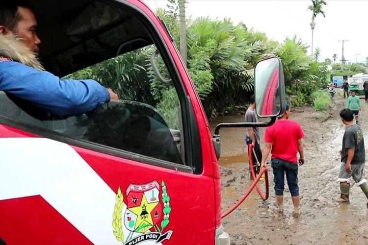dua alat berat, dan satu pemadam di kerahkan untuk membersihkan material lahar hujan yang menerpa ke tiga desa.