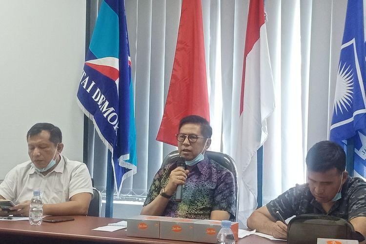 Cagub Sumbar Mulyadi didampingi Sekretaris Demokrat Sumbar Januardi Sumka dan Ketua Tim Mulyadi-Ali Mukhni, Alirman Sori