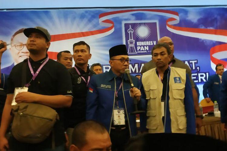 Ketua Umum PAN Zulkifli Hasan dari atas podium meminta peserta mengakhiri lempar-lemparan kursi dan kembali duduk ke tempat masing-masing.