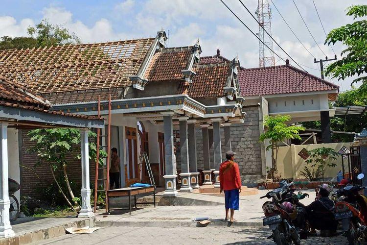 BONGKAR—Inilah rumah milik pasangan AP dan AT, warga Desa Carangrejo, Kecamatan Sampung, Kabupaten Ponorogo, Jawa Timur yang dibongkar warga, Rabu (23/6/2021)