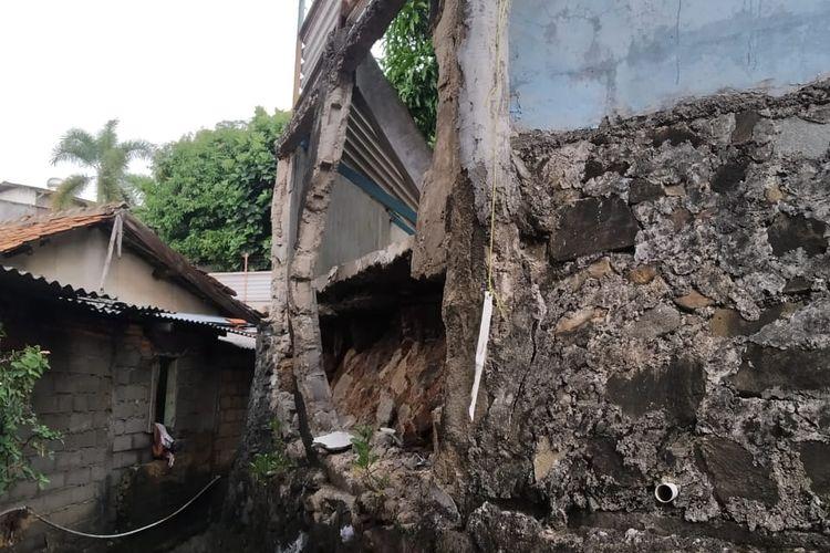 Sisi tembok PT Khong Guan yang roboh dan belum diperbaiki