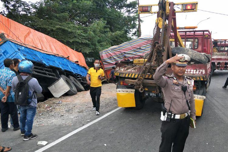 Proses evakuasi kendaraan yang terlibat kecelakaan beruntun di Jalan Raya Ambeng-ambeng Watangrejo, Gresik.