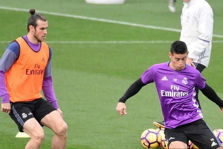 Pemain tengah Real Madrid Kolombia James Rodriguez (kanan) dan pemain depan Welsh Real Madrid Gareth Bale ambil bagian dalam sesi latihan di kota olahraga Real Madrid di Madrid pada 18 November 2016, pada malam pertandingan sepak bola Liga Spanyol Atletico de Madrid vs Real Madrid CF.