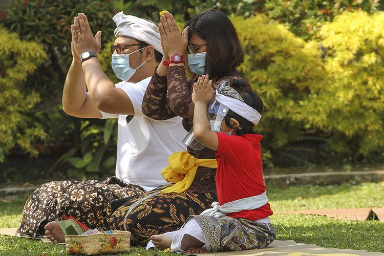 Umat Hindu beribadah saat merayakan hari raya Galungan di Pura Amerta Jati, Jakarta Selatan, Rabu (16/9/2020). Persembayangan Hari Raya Galungan dilakukan di tengah pandemi COVID-19 dengan menerapkan protokol kesehatan menggunakan masker dan menjaga jarak.