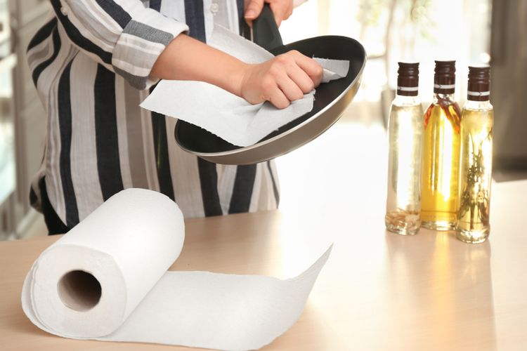 Ilustrasi tisu dapur untuk mengelap wajan.