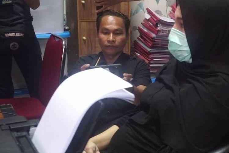 Pemilik wedding organizer HL Cianjur, BJM (27) saat menjalani pemeriksaan di Unit 1 Sat Reskrim Polres Cianjur, Kamis (20/2/2020). BJM telah dijadikan tersangka atas perkara dugaan penipuan dan penggelapan tersebut.