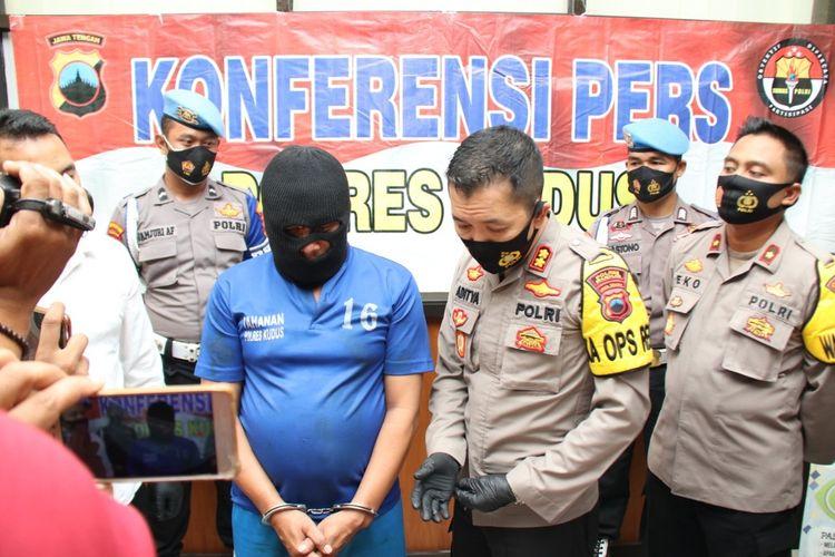 Kapolres Kudus, AKBP Aditya Surya Dharma meminta keteranganKiswanto Hariyono (40), pelaku pembunuhan perempuan pedagang pakaian di kamar hotel Mahkota saat jumpa pers di Mapolres Kudus, Selasa (27/10/2020).