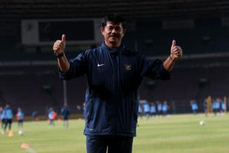 Pelatih Timnas U-19, Indra Sjafri terlihat saat sesi latihan di Stadion Utama Gelora Bung Karno, Jakarta, Jumat (4/10/2013) malam.