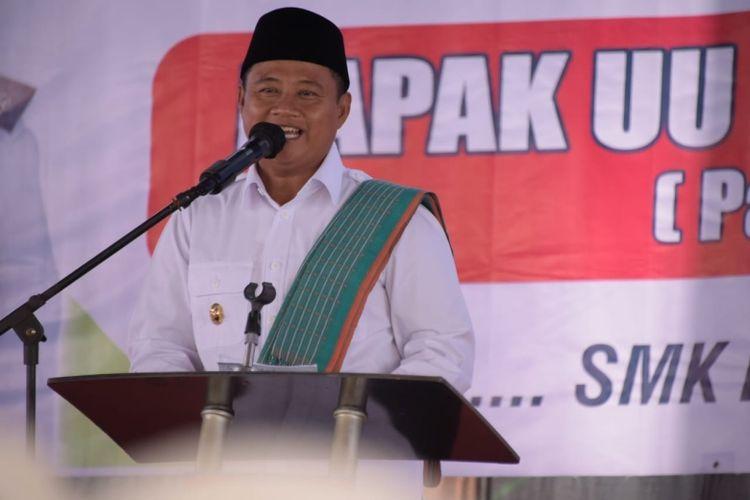 Wakil Gubernur Jawa Barat (Jabar) Uu Ruzhanul Ulum saat meresmikan program SMK Membangun Desa di SMK Karya Nasional, Kabupaten Kuningan, Jumat (2/4/2021)