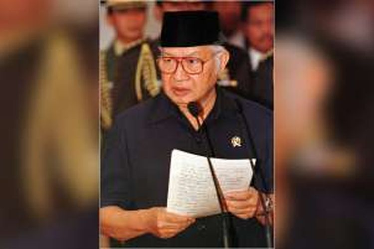 Presiden Soeharto pada saat mengumumkan pengunduran dirinya di Istana Merdeka, Jakarta, pada tanggal 21 Mei 1998.