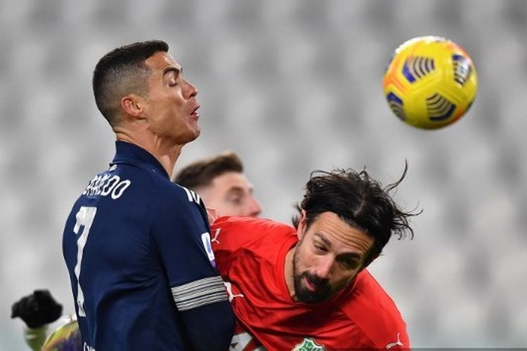 Megabintang Cristiano Ronaldo mencoba menjebol gawang Sassuolo dalam laga Juventus vs Sassuolo di Allianz Stadium, Senin (11/1/2021) dini hari WIB.