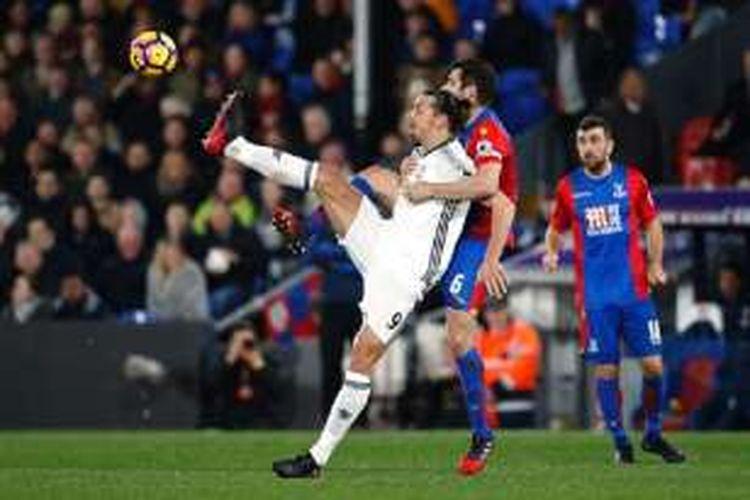 Bek Crystal Palace, Scott Dann, mengawal ketat penyerang Manchester United, Zlatan Ibrahimovic, pada pertandingan di Selhurst Park, Rabu (14/12/2016).
