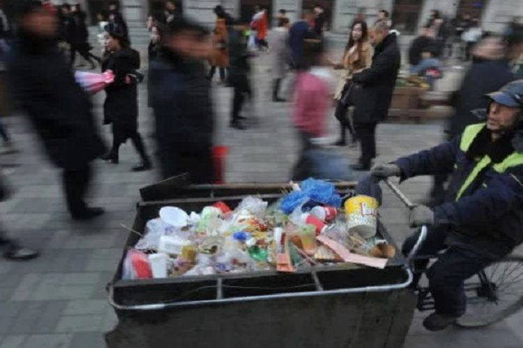 Zhao, seorang penyapu jalan di China ketika membawa gerobak berisi sampah.