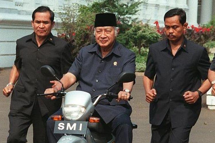 Presiden Soeharto Mengendarai Expressa
