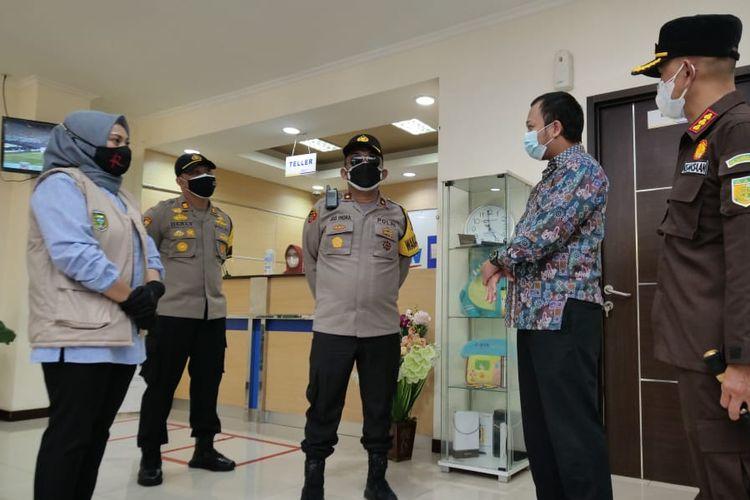 TEGUR—Wakil Walikota Madiun, Inda Raya Ayu Miko Saputri menegur salah satu pimpinan bank karena tidak optimal menerapkan protokol kesehatan di masa PPKM Darurat di Kota Madiun.
