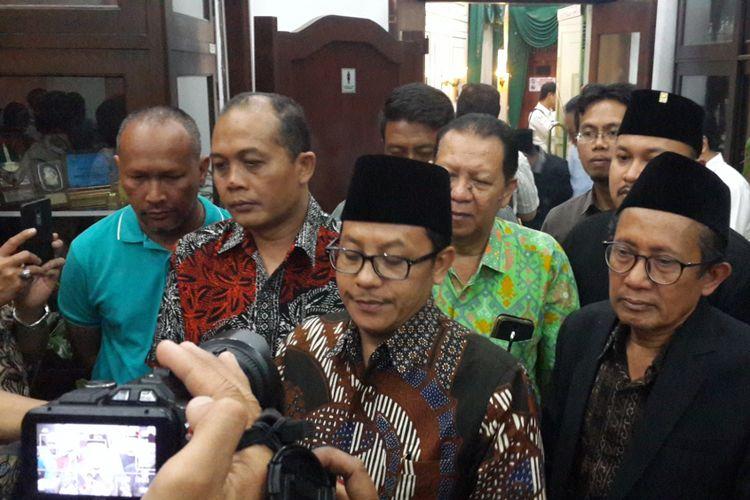 Plt Wali Kota Malang, Sutiaji bersama pimpinan partai politik di Kota Malang usai menjalani pertemuan di Balai Kota Malang, Rabu (5/9/2018) malam.