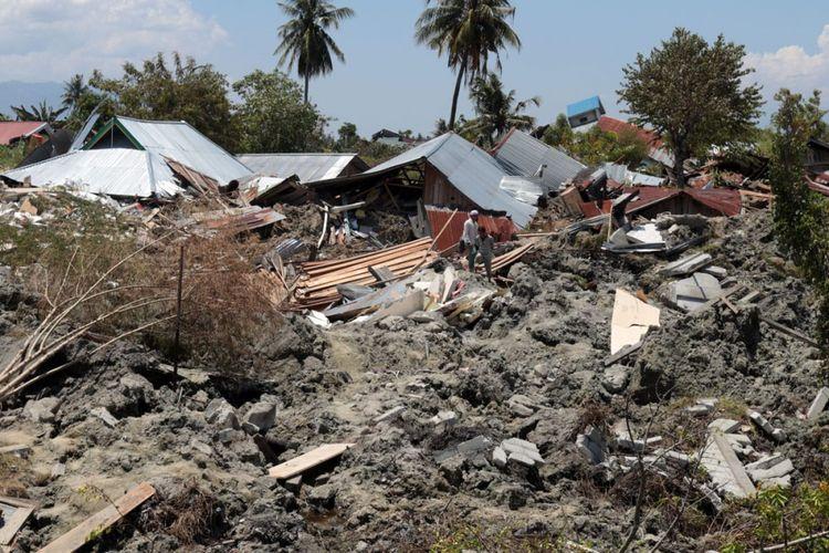 Warga Kelurahan Petobo, Kecamatan Palu Selatan, Kota Palu, Sulawesi Tengah, mengangkuti barang yang masih bisa diselamatkan dari rumah-rumah mereka yang terendam lumpur yang keluar dari perut bumi pasca-gempa bermagnitudo 7,4.