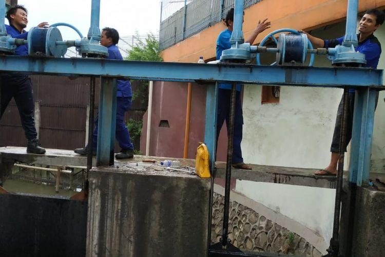 Dua pompa air mobile yang dipasang oleh Sudin SDA Jakarta Timur untuk mengantisipasi banjir di wilayah Cakung, Selasa (4/12/2018)