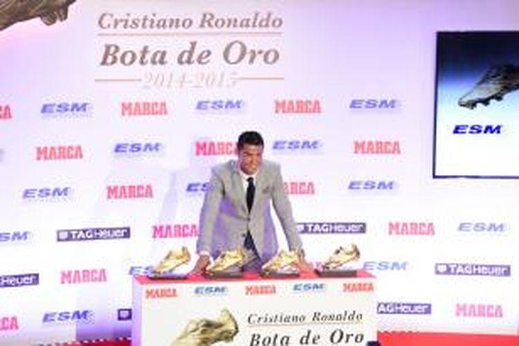Bintang Real Madrid, Cristiano Ronaldo (kiri), menerima penghargaan Sepatu Emas.