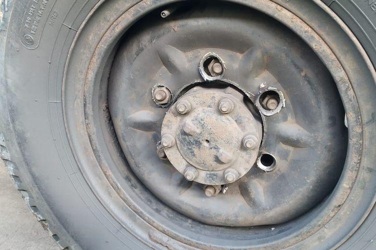 Pelek truk rusak karena mur tidak kencang
