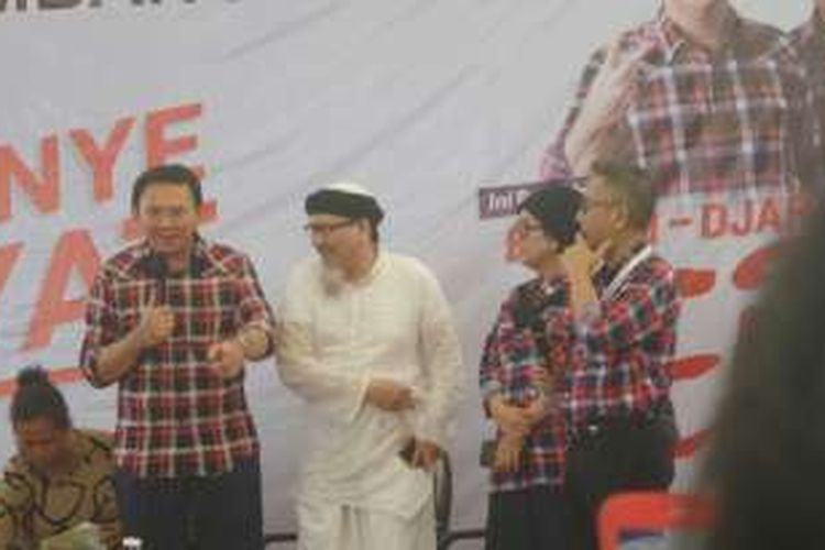 Cagub DKI Jakarta Basuki Tjahaja Purnama dan kakak angkatnya, Andi Analta di Rumah Lembang, Selasa (29/11/2016).