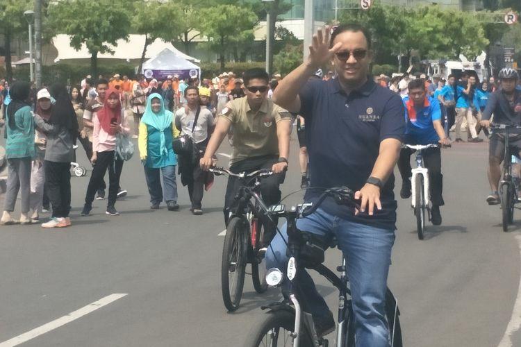 Gubernur DKI Jakarta Anies Baswedan memantau kegiatan CFD di Bundaran HI Sambil bersepeda, Minggu, (3/11/2019)