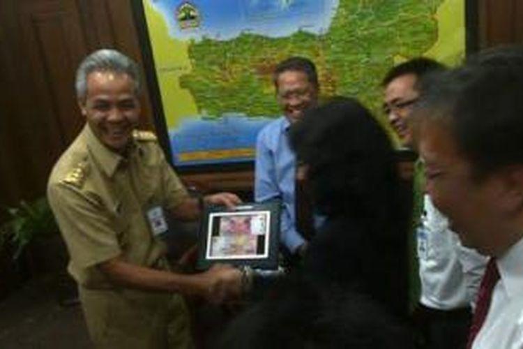 Ganjar saat menerima suvenir uang Rp 200.000 dari pejabat BI, Senin (18/8/2014).