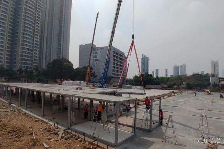 Pembangunan Rumah Sakit (RS) Modular Darurat Covid-19 oleh PT Pertamina Bina Medika (Pertamedika) Indonesia Healthcare Corporation (IHC) di Tanjung Duren, Jakarta Barat.
