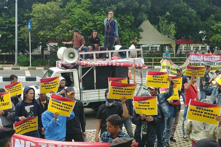 Generasi Muda Partai Golkar melakukan aksi di KPK meminta agar Ketua DPR Setya Novanto segera ditangkap, Senin (13/11/2017).