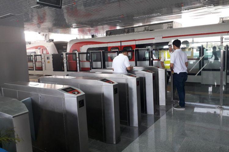Mesin tap tiket sudah dipasang di Stasiu Velodrome LRT Jakarta, Rawamangun, Jakarta Timur, Rabu (15/8/2018).