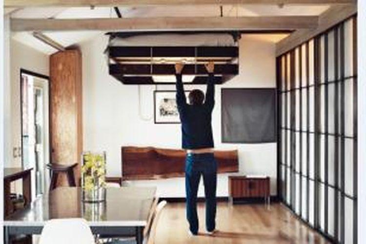 Kartheiser membuat tempat tidurnya dapat diangkat mendekati plafon. Dengan cara ini, ruangan bisa terasa luas di siang hari.